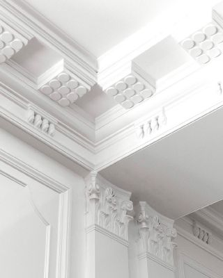 Architectural features in the home mean high-quality painting is a must!  ⠀⠀⠀⠀⠀⠀⠀⠀⠀ Period details such as moulding and stuccos can be such a beautiful historic factor which adds character to the home.  ⠀⠀⠀⠀⠀⠀⠀⠀⠀ Look how clean and sleek this ceiling is by @kellywearstler. This is an excellent example that professional painting and high quality tools will only benefit you to showcase stunning results.  ⠀⠀⠀⠀⠀⠀⠀⠀⠀ Who loves the architectural detail of period homes? We know we do! . . . . . . . . . . #stucco #thegoodpainter #londoninteriordesigner #moulding #londonhome #londonproperty #londondesigner #londonpainting #londonapartment #londonhouses #londoninteriordesign #londonpainter #londonpainting #greatarchitecture #interiorarchitectureanddesign #archicage #archilover #architecture_view #archi_features #architecture_magazine #architecturegram #archi_focus_on #architizer #architecturewatch #arch_more#architecturedetail #ceilingdesign #ceilingdecor #periodhomes